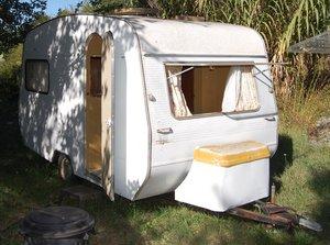 La caravane wilk dans son jus avant la restauration par l'entreprise les ptitescaravanes de john spécialisé dans le upcycling de caravanes vintages
